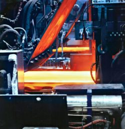 The steel blocks are rolled into thin steel plates at a constant rolling temperature of 1,150 degrees. The special characteristics of the casting-rolling mill allow it to produce thicknesses as small