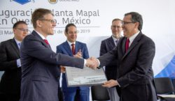 Dr Jochen Kress (left, president of the MAPAL Group) hands a plaque commemorating the opening of the factory in Querétaro, Mexico, to Lazaro Garza (right, CEO of MAPAL Frhenosa in Mexico); centre: Fra