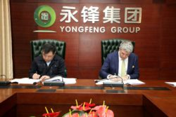 Contract signing between Shao Changtao, General Manager, Yongfeng Group Ltd., and Pierpaolo Rivetti, Deputy Executive Vice President Sales & Marketing, SMS Concast. © 2018 SMS group GmbH